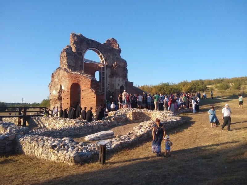 Десетки вярващи почетоха Богородица в Червената църква в Перущица