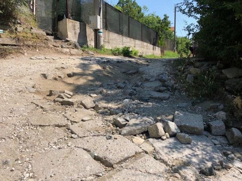 Опасни завои на пътя към параклис край Храбрино, шофьорите на косъм от катастрофи