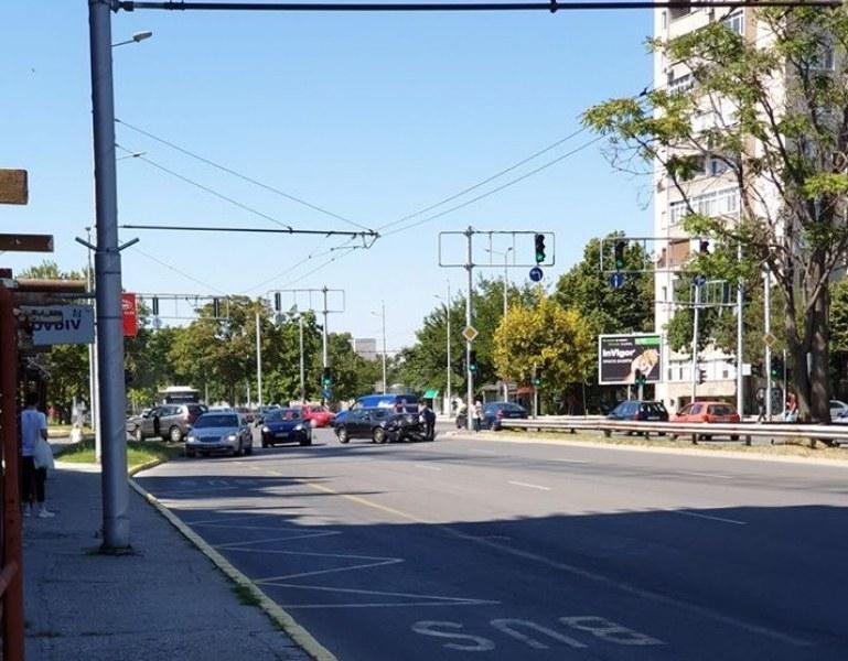 Две коли се помляха на пловдивски булевард