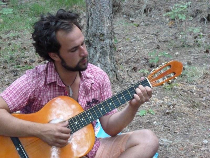 Христо, художник от Карлово, е нелепо загиналият от ток, докато свирел на китара