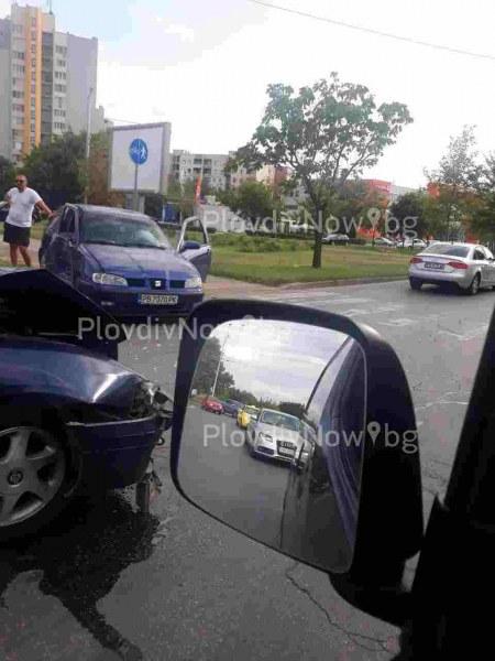 Две коли се удариха на фаталното кръгово в Тракия