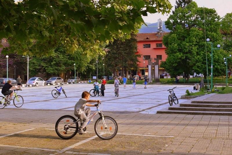 Перущица празнува половин век като град с три дни музика, танци, изложби и заря