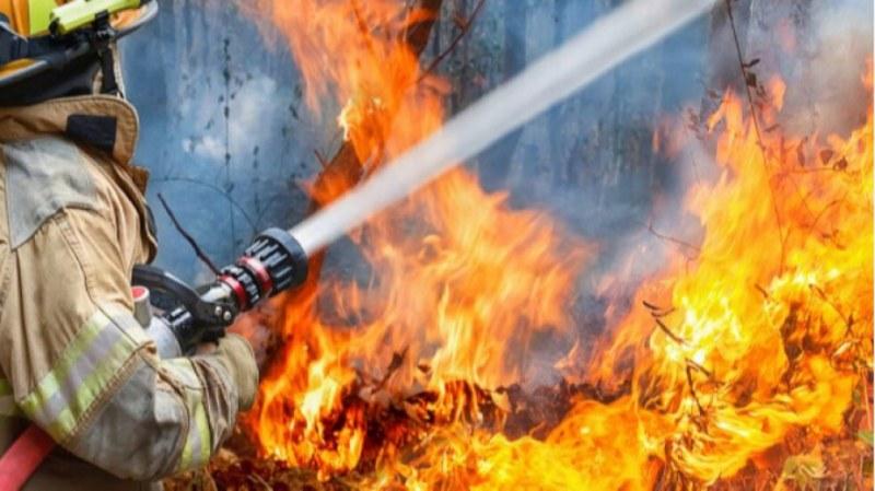 Пожар пламна във фирмена база край Съединение