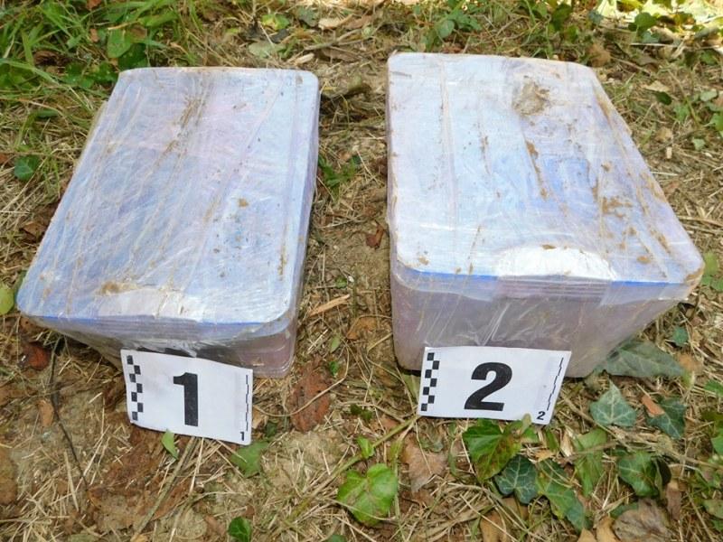Дрога за 200 бона изкопана в габровско село и пласирана в Столипиново, пръст и куп дърва криели хероина