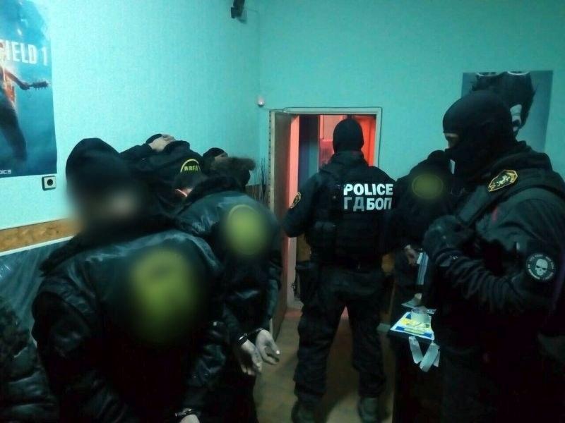 Фризьорките от Столипиново изпяха дилъра си, пловдивски полицаи удариха депото във Велико Търново