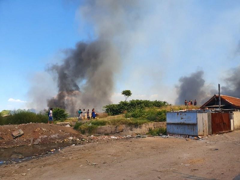 Гуми горят в Столипиново, роми панически бягат от къщите