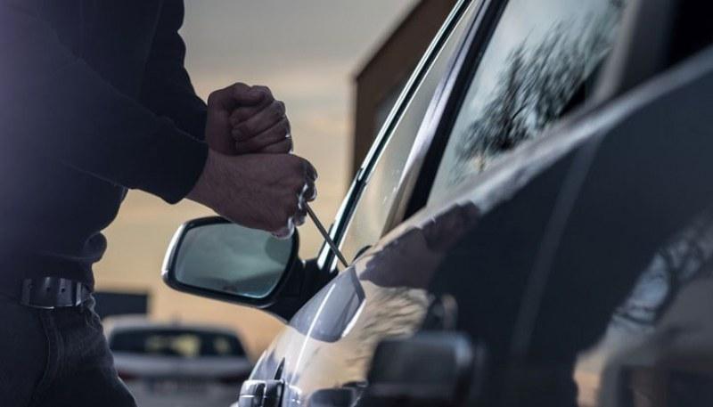 Млад мъж задигна 2 бона от кола в Асеновградско