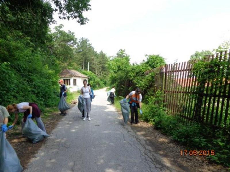 """Доброволци от Перущица се включват в кампанията """"Да изчистим България заедно"""""""