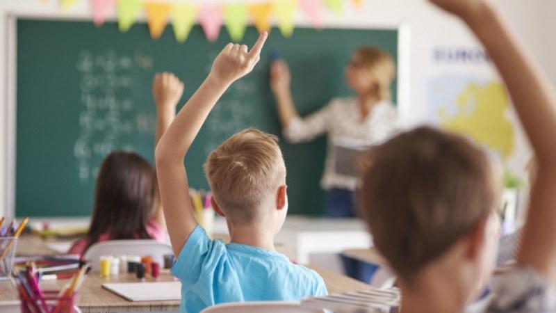 Над 50 учители и работници със средно и основно образование се търсят в Първомай и Садово