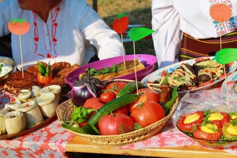 Чушки, домати, традиционни храни, занаяти, състезания и много музика на Куртово Конаре Фест
