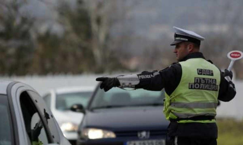 Млад мъж шофира надрусан в Карловско, щракнаха му белезниците