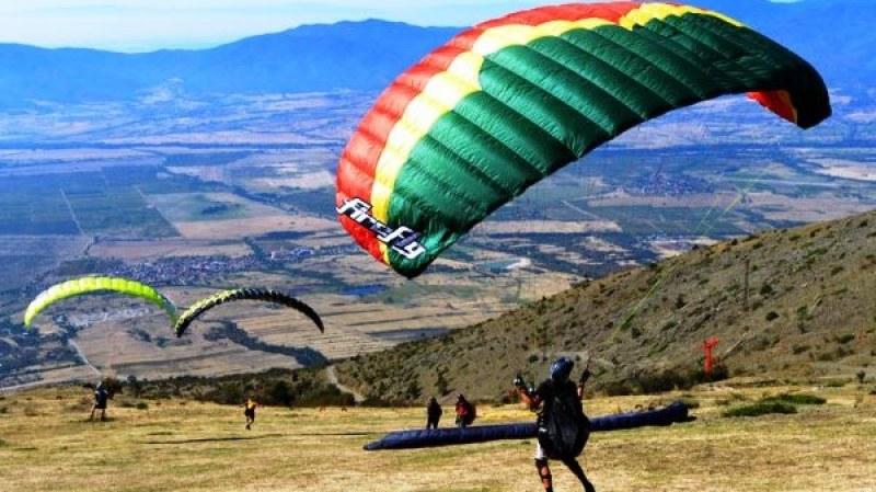 """Започва фестивалът """"Въздухария"""", небето над Сопот посреща любителите на свободния полет"""