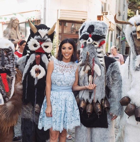 Мегз позира с кукери в центъра на Пловдив, настроението - празнично