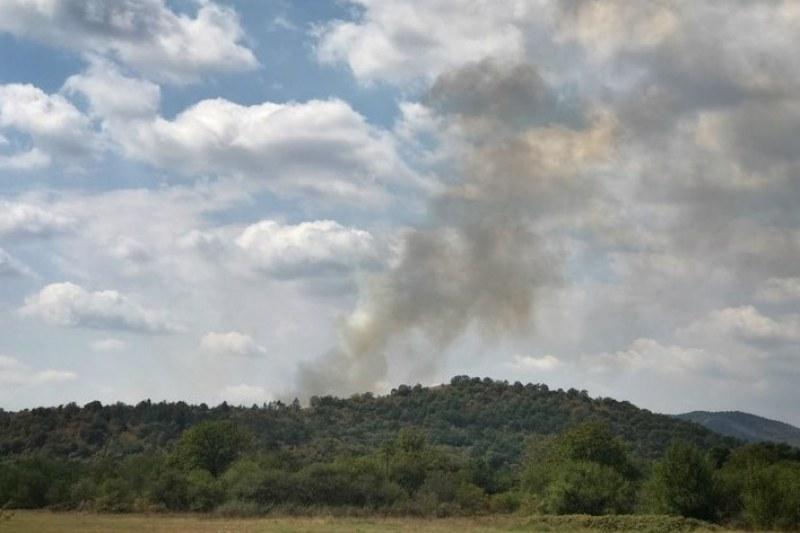 Пожар върлува във вилна зона край Хисаря и Карлово