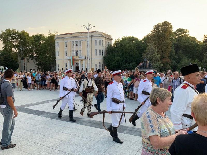 Пушки гърмяха на новия площад в Пловдив! Възстановка на Съединението ни върна 134 години назад