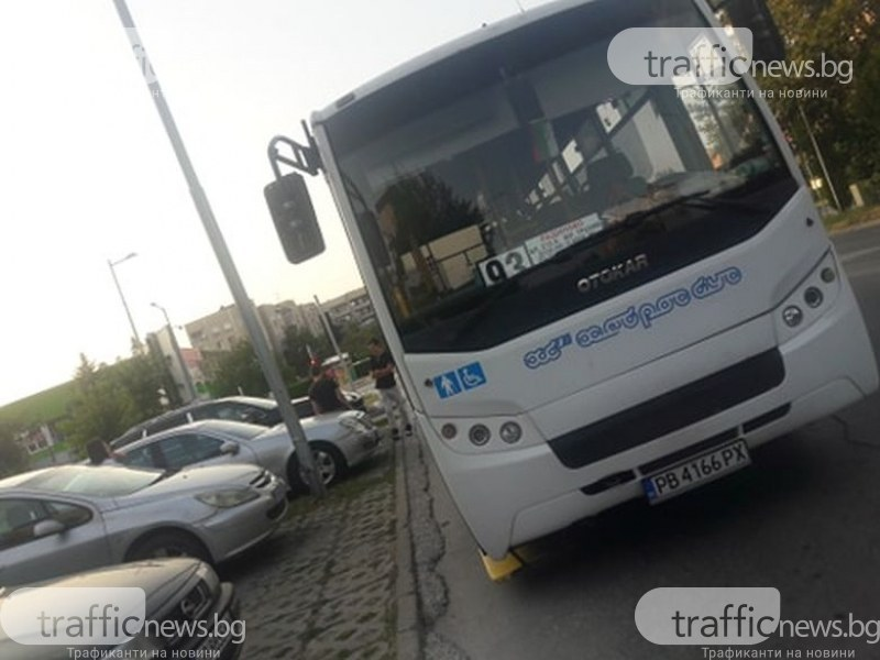 Шофьор на автобус отиде да хапне, запуши цял паркинг с коли