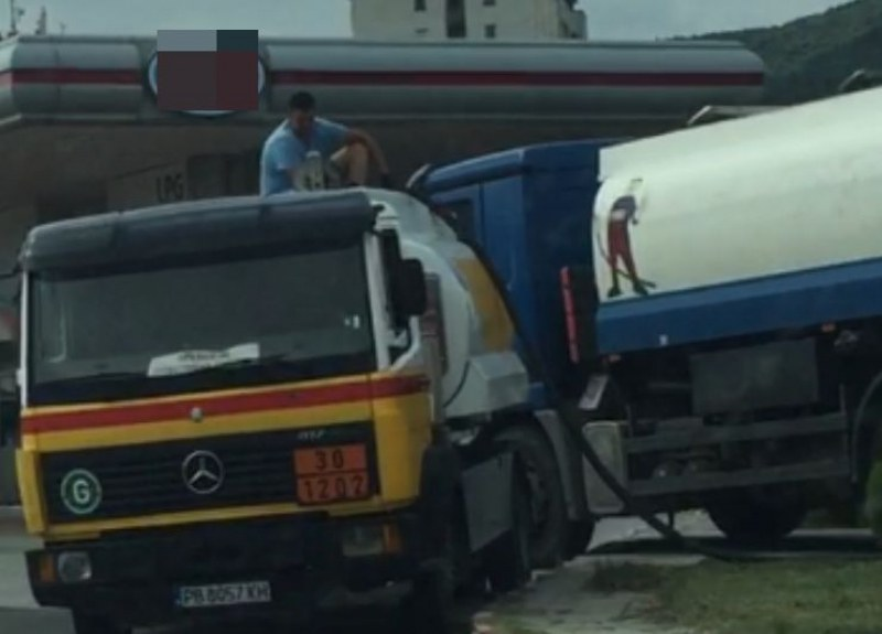 Позволено и легално ли е подобно прехвърляне на гориво на бензиностанция в Асеновград