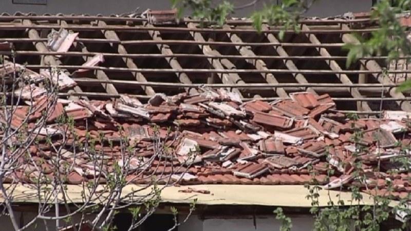 Измамници обраха баба и дядо в Златитрап, потрошиха и покрива на къщата