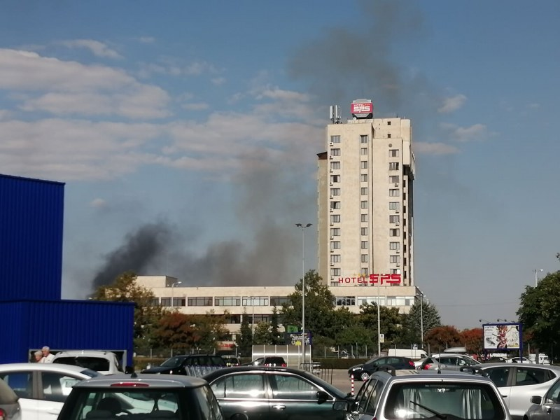Пожар избухна край Скобелева майка, 4 екипа на пожарната се борят с огъня