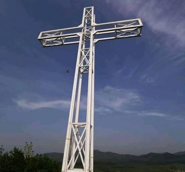 Огромен железен кръст се извиси в село Искра, местните го изградиха сами