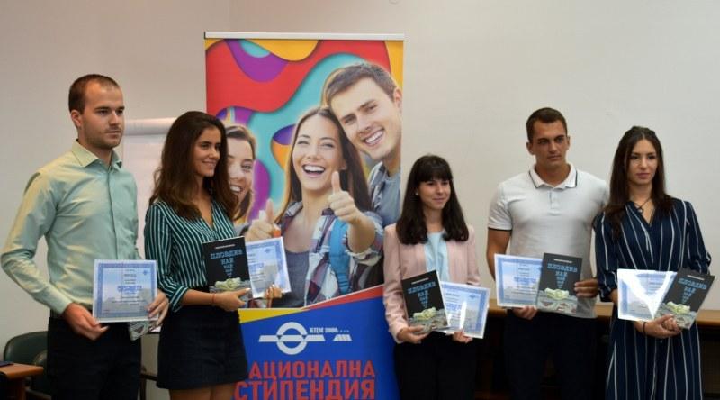 Шестима талантливи студенти получават по 3 600 лв.стипендия от КЦМ