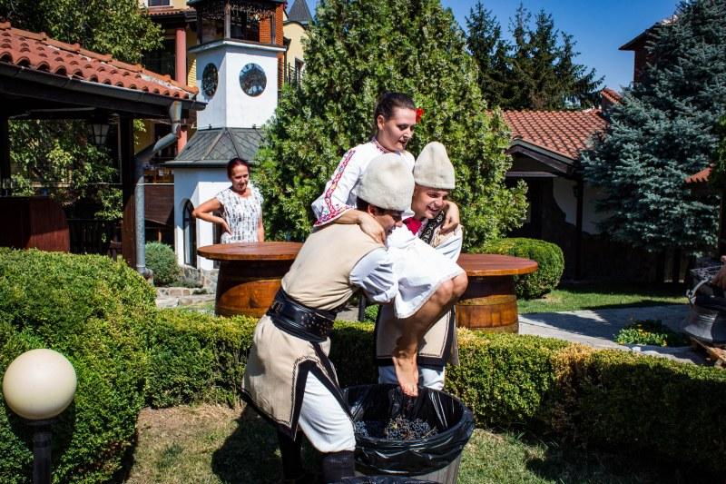 Гроздоберът започна с фолклорна програма, кулинарни изкушения и много вино в Брестовица