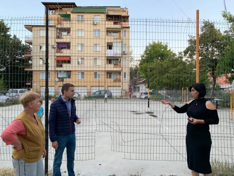 """Пловдивчанка сигнализира 16 пъти кметството на """"Южен"""" за проблемна ограда, резултат няма"""