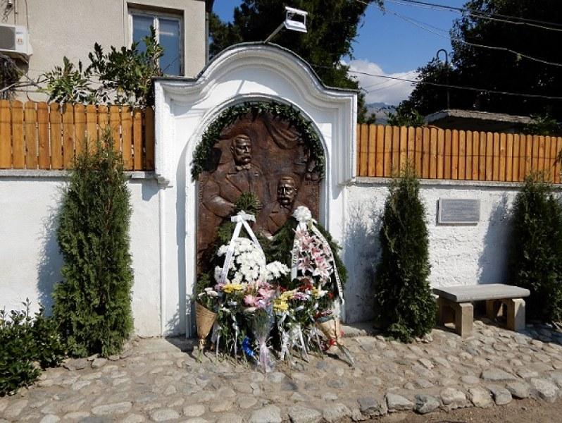 Чисто нов барелеф в Карлово пази паметта на най-големите български дарители - братята Евлогий и Христо