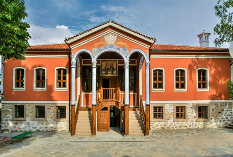 Художници-преподаватели изпращат лятото с голяма обща изложба в Перущица