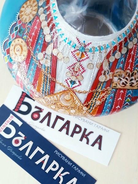 Изложба от рисувано стъкло в Карлово е вдъхновена от красотата и силата на българката
