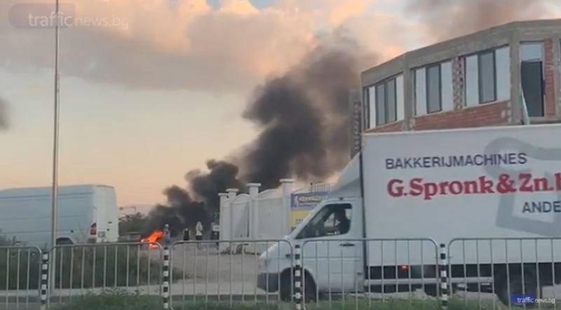 Роми запалиха незаконно сметище до моста на Адата