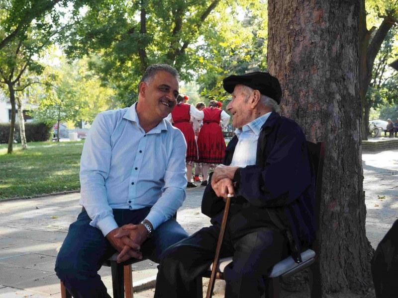106-годишният дядо Георги от село Бенковски получи подарък от кмета - 40 кг ябълки