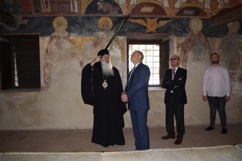Президентът баше гост на Бачковския манастир, посрещна го лично игуменът