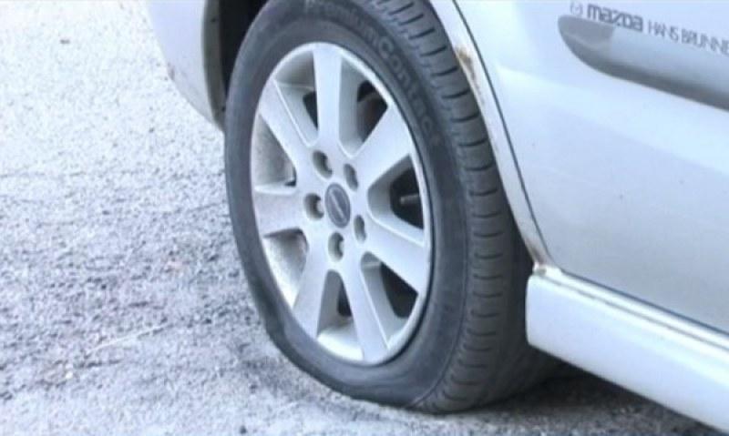 Спукаха и четирите гуми на КИА в Тракия, запушиха и ауспуха на Мерцедес