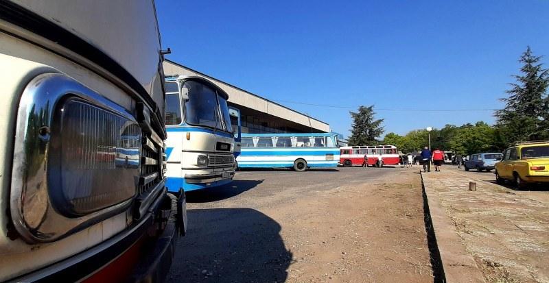 Автобуси - легенди возят гостите на Първия ретро парад в Брестовица