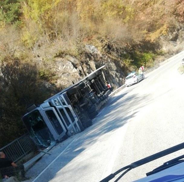 Тир се обърна на пътя Асеновград - Смолян