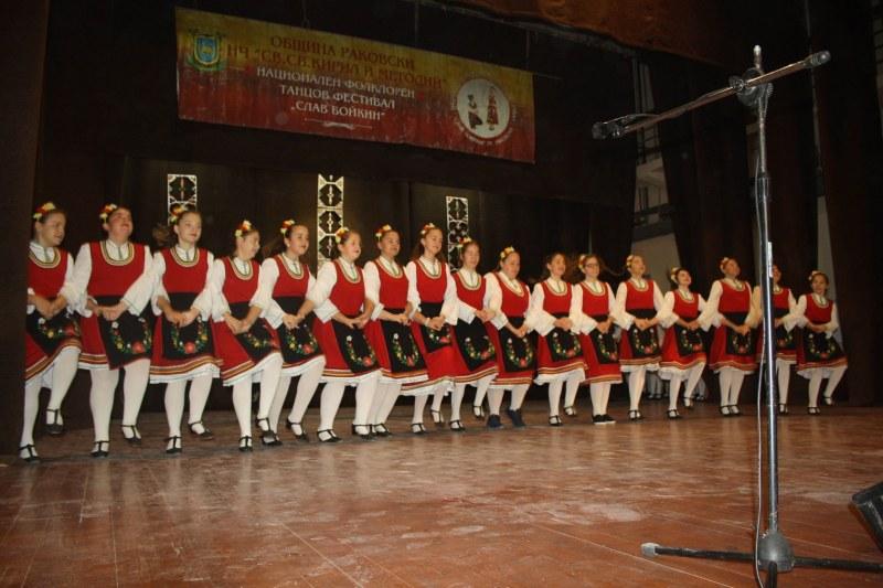 Фолклорен фестивал в Раковски пълни сцената на читалището с талант и настроение