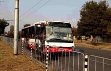 Автобус се вряза в мантинела в Пловдив, пристигнаха полиция и линейка