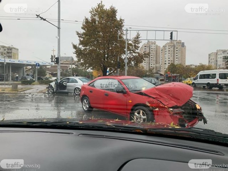 Две коли се удариха на кръстовище в Тракия, Мерцедес нацели стълб