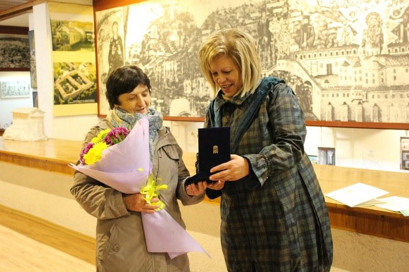 Изложба в Асеновград показва крепостта Воден, наградиха археолога Росица Морева с почетен плакет
