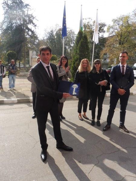 Кметът на Стамболийски получи символичен подарък - ключ за общината и за сърцата на хората
