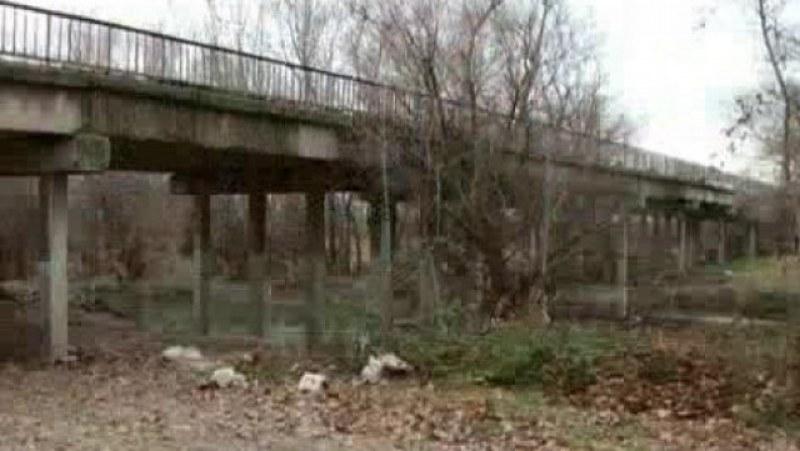 Спират движението по моста край Катуница