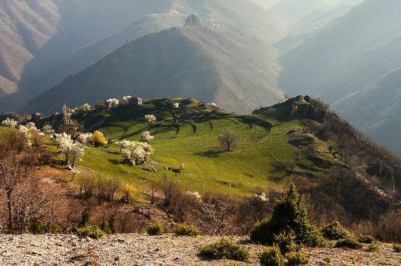 Асеновградски планинари канят на есенен преход до махалата Мумджидам в Родопите