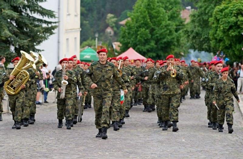 Карловската бригада отбелязва празника си с демонстративни стрелби и концерти на духовия оркестър