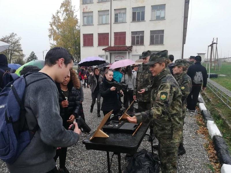 Деца от Карлово, Сопот и Хисаря се впечатлиха от бойната техника на Стрямската бригада