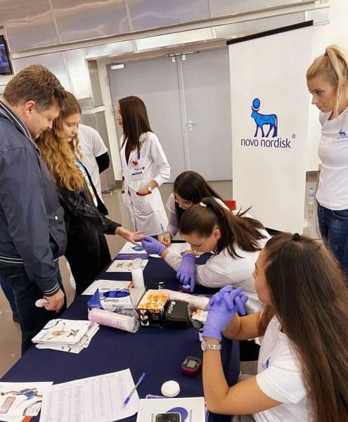 Млади лекари превърнаха пловдивски мол в клиника, над 1000 души премериха кръвната си захар