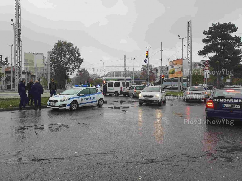 Две коли се удариха в полицейски бус в Пловдив, единият от униформените е в болница