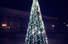 Красива коледна елха светна в Хисаря!