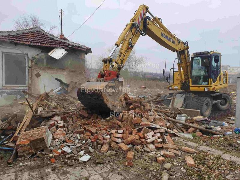 Багер удари втора къща в Арман махала, обитателите не излизат