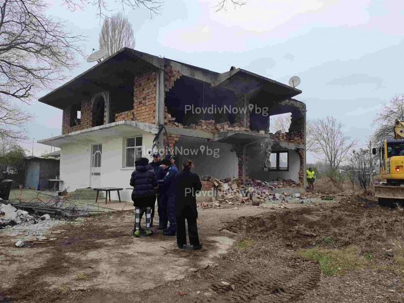 Роми отказаха да напуснат къщата си в Арман махала, изведоха ги принудително